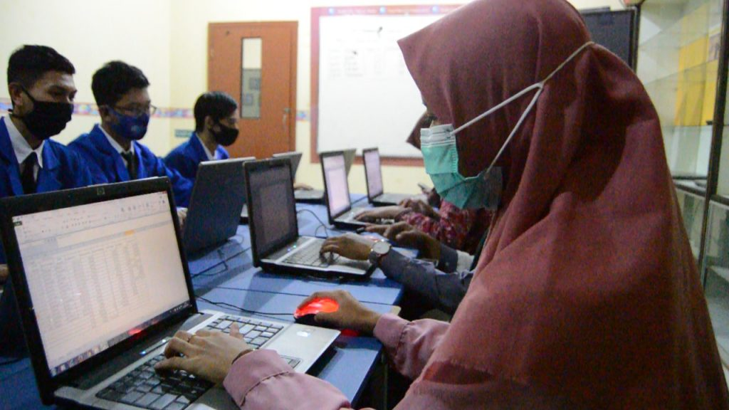 Kuliah cepat kerja dan bisnis di Surabayaa